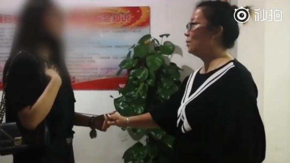 Lisa Li y la dueña del departamento se dan la mano.