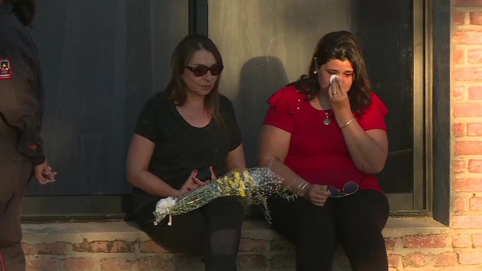 Mujeres llorando en el funeral por Emiliano Sala