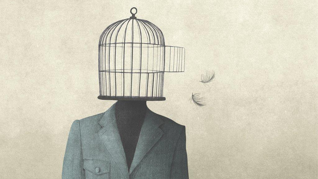 Hombre con jaula abierta como cabeza