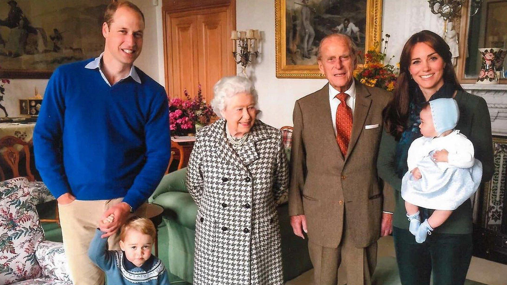 الملكة إليزابيث ودوق إدنبره في قصر بالمورال في اسكتلندا في عام 2015 ومعهما دوق ودوقة كامبريدج وابنهما البكر الأمير جورج