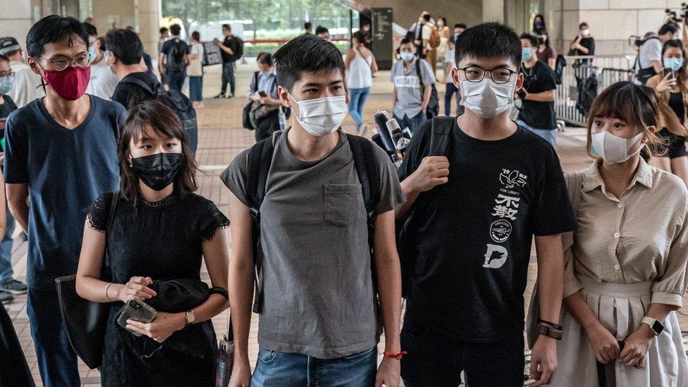 (從左至右)朱凱迪、梁凱晴、岑敖暉、黃之鋒、與袁嘉蔚在香港西九龍法院大樓外(15/9/2020)