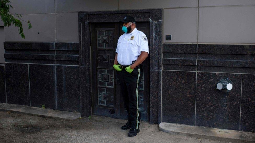 أحد أفراد الأمن الأمريكي يحرس مبنى القنصلية الصينية في هيوستن، بعد قرار واشنطن إغلاقها