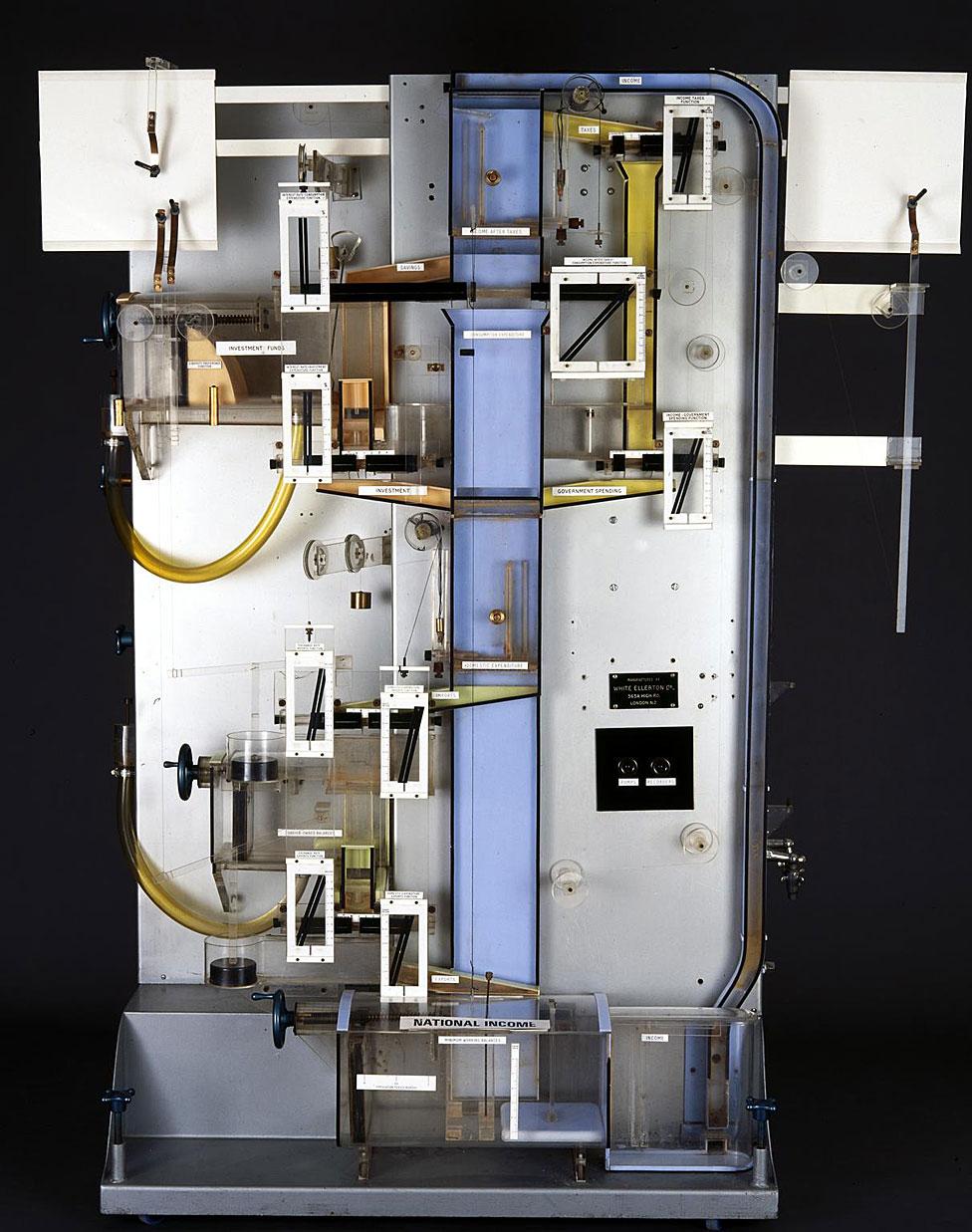 la MONIAC que tiene el Museo de Ciencia de Londres