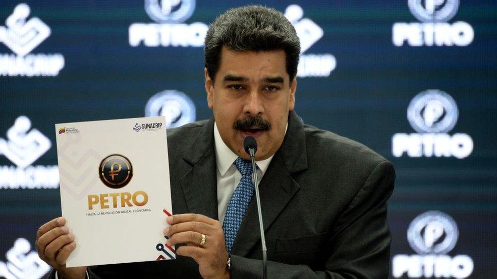 El presidente Maduro presentando el petro.