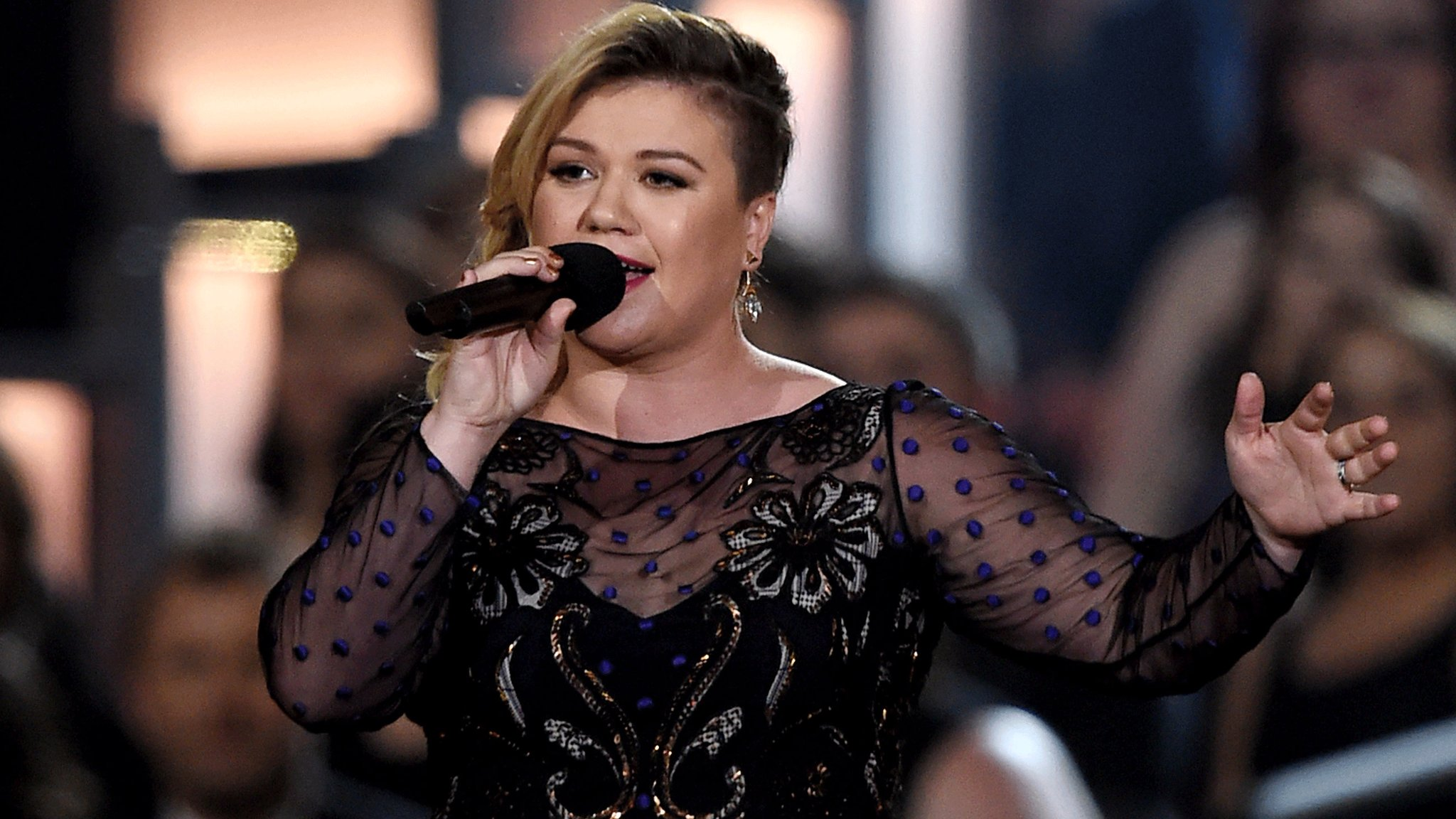 BBC News - Kelly Clarkson: 'When I was skinny I considered suicide'
