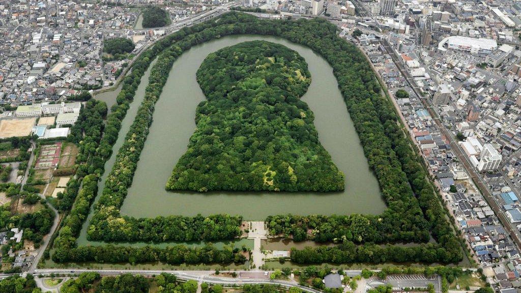 Daisen Kofun, la tumba antigua más grande de Japón, construida en el siglo V, en Sakai, Prefectura de Osaka. Está oficialmente designada como la tumba del emperador Nintoku.