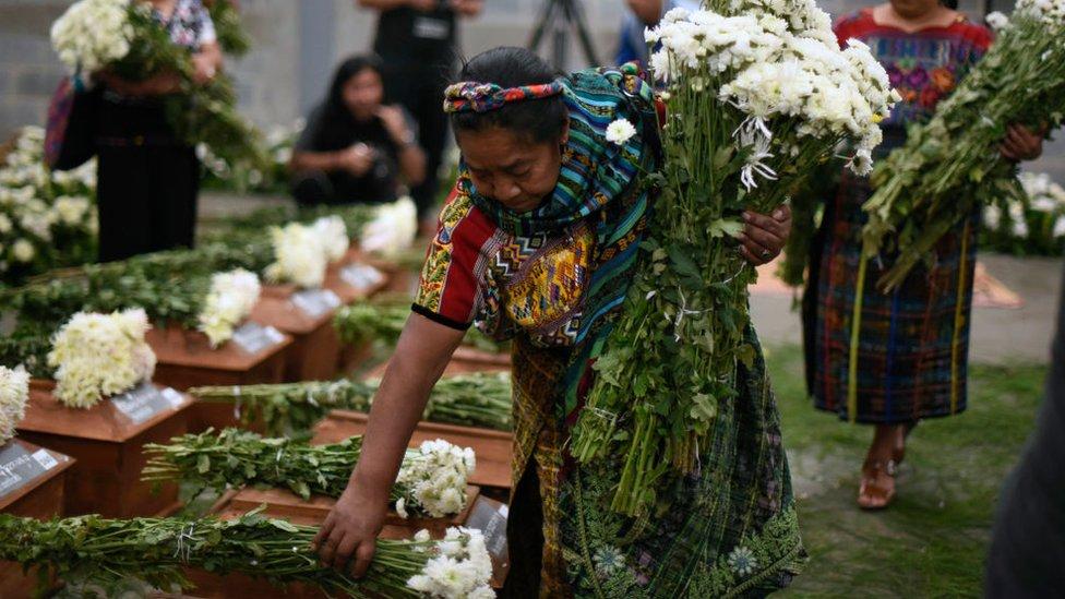 Rosalina Tuyuc ponía flores sobre 172 urnas