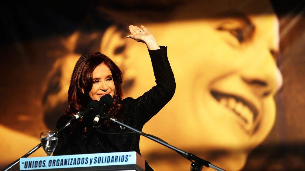 Cristina Fernández de Kirchner con una imagen de Eva Duarte de Perón detrás