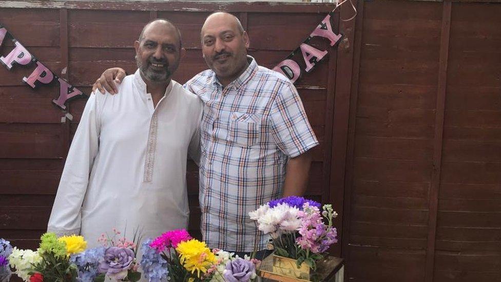 Y brodyr Ghulam Abbas, chwith, a Raza Ghulam