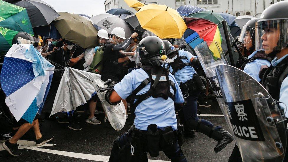 policía dispersando a manifestantes