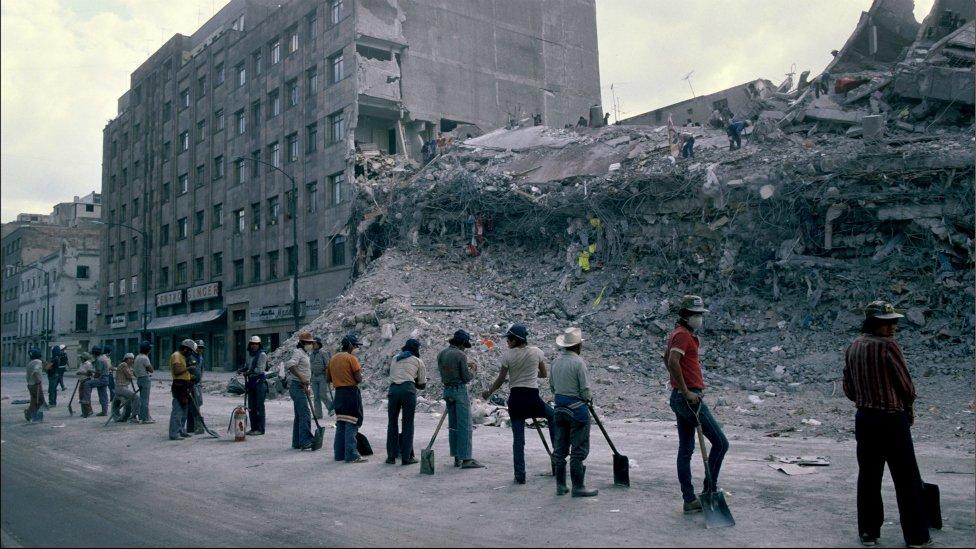 Voluntarios trabajan en la remoción de escombros en 1985