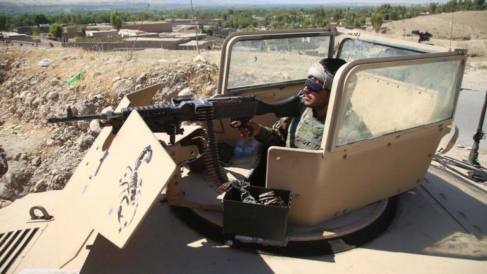 مسؤول أمني أفغاني يحرس نقطة تفتيش في ولاية لغمان، 25 مايو/أيار 2021