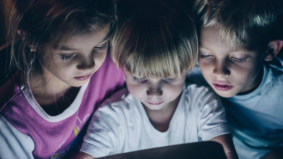 deca gledaju u ekran noću