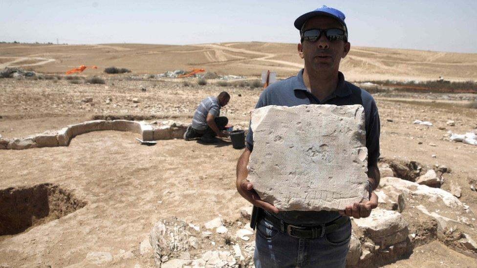 عامل من دائرة الآثار الإسرائيلية في الموقع