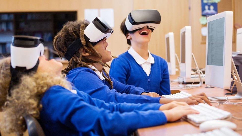 Grupa učenika koristi VR opremu