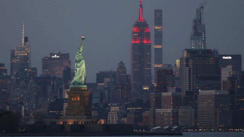 Nueva York de noche iluminada.