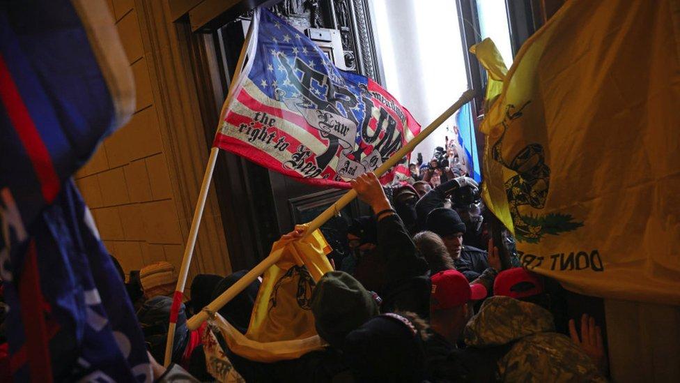 Massa memaksa masuk Gedung Capitol di Washington DC