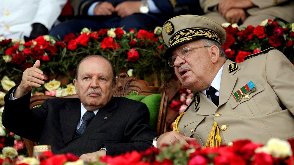 رئيس الأركان الجزائري مع الرئيس السابق بوتفليقة