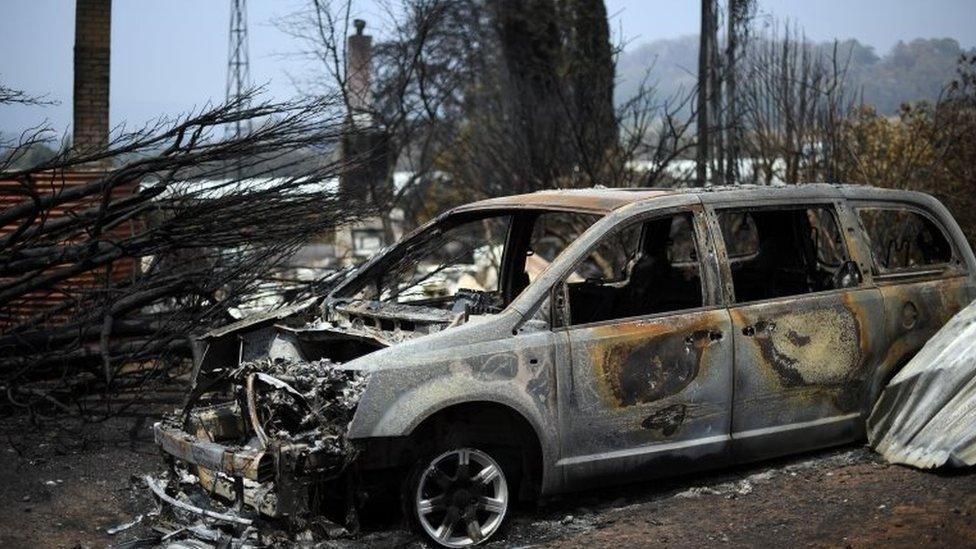 Un auto quemado por un incendio forestal en Nueva Gales del Sur