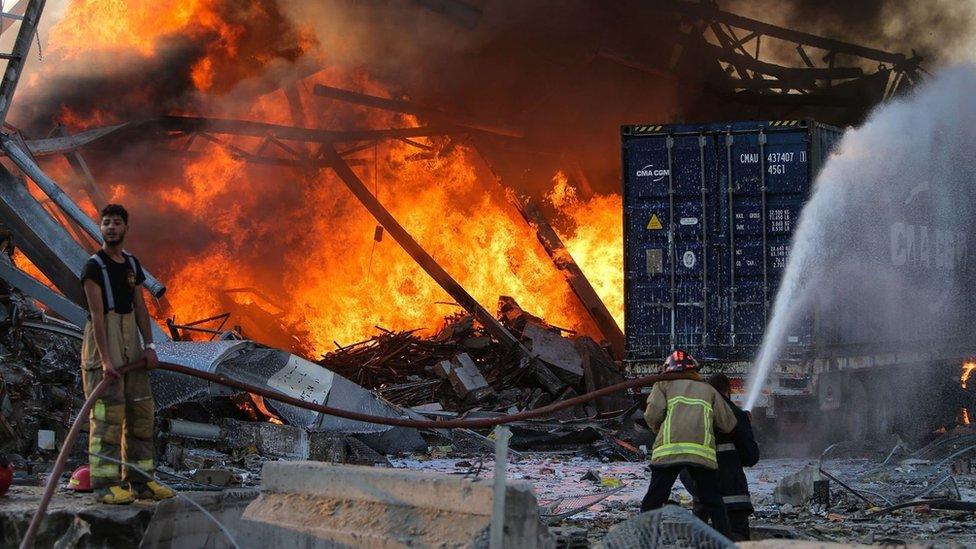 Bomberos en el incendio causado por la explosión en el puerto de Beirut