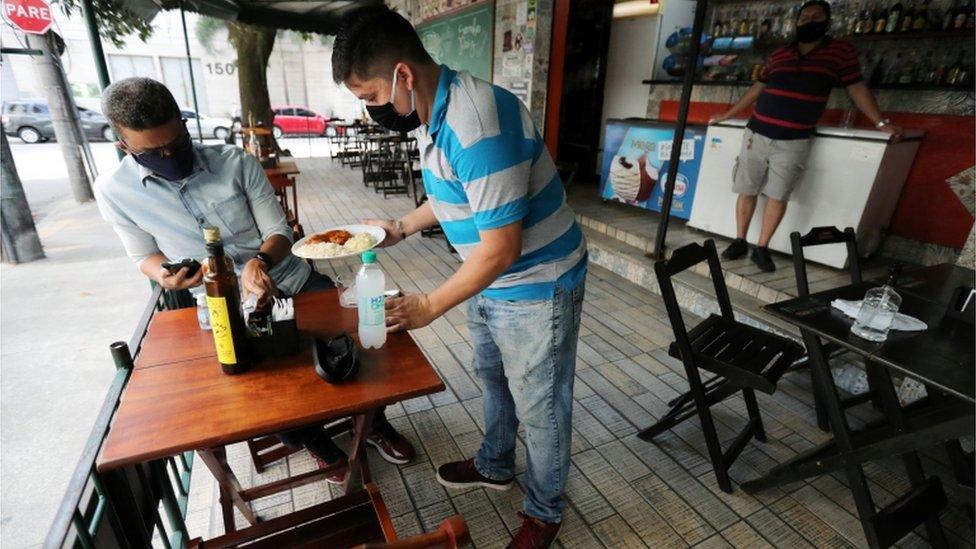 Em vários lugares, bares e restaurantes têm regras de distanciamento de mesas e número de clientes