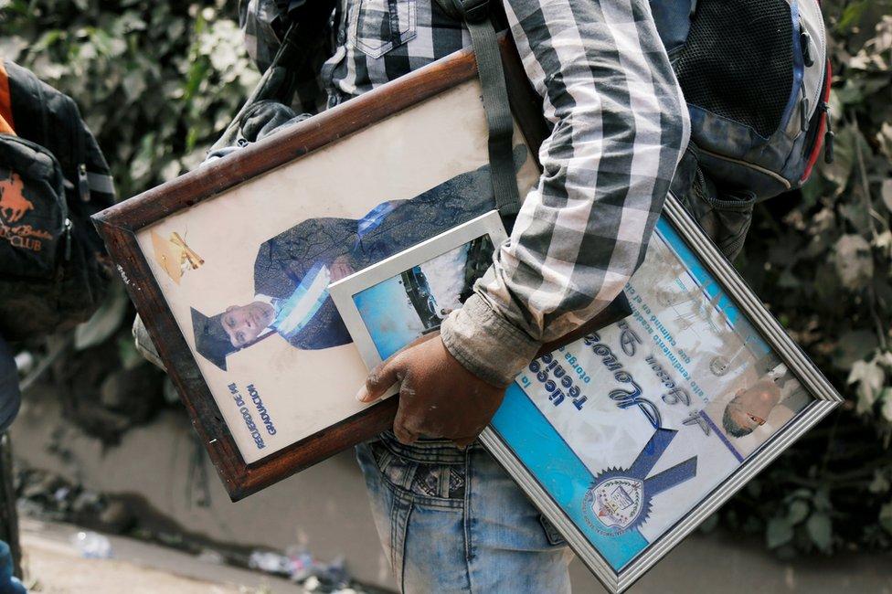 رجل يحمل بعض ممتلكاته فارا من فورة بركان غواتيمالا