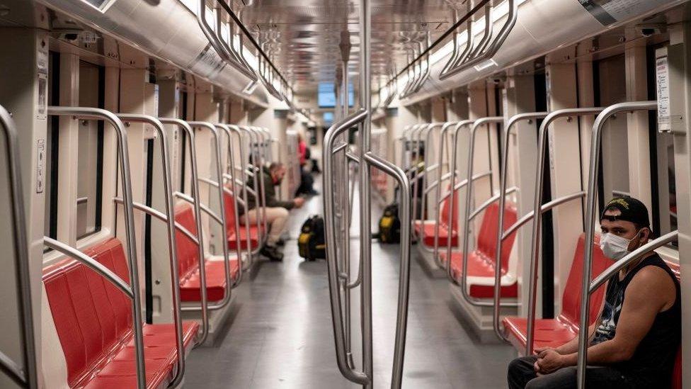 Vagón de metro parcialmente vacío.
