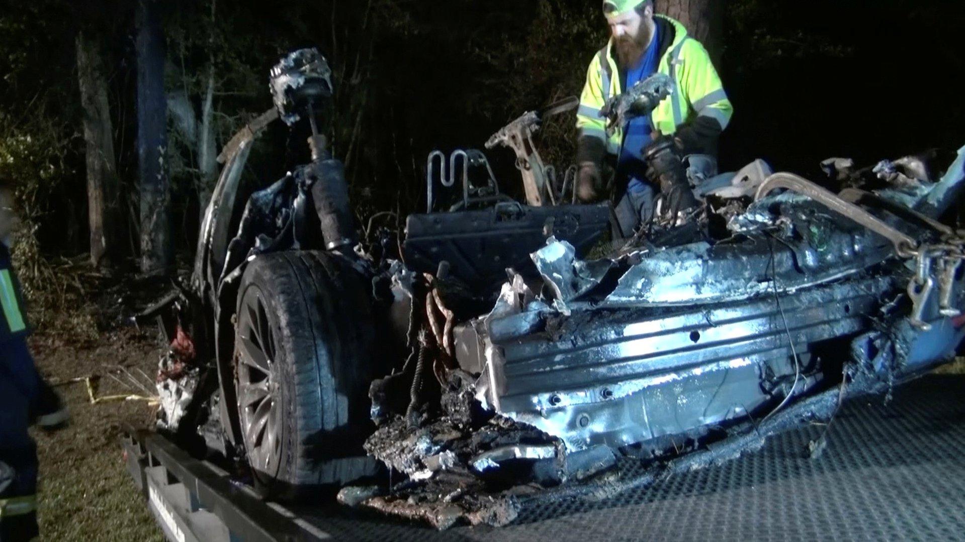 В аварии с автомобилем Tesla погибли два человека. Место водителя было пустым