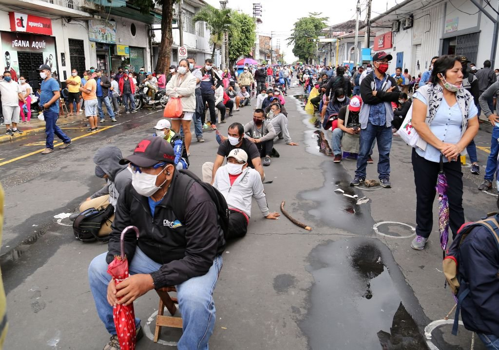 Pessoas fazendo fila para sacar benefício no Peru