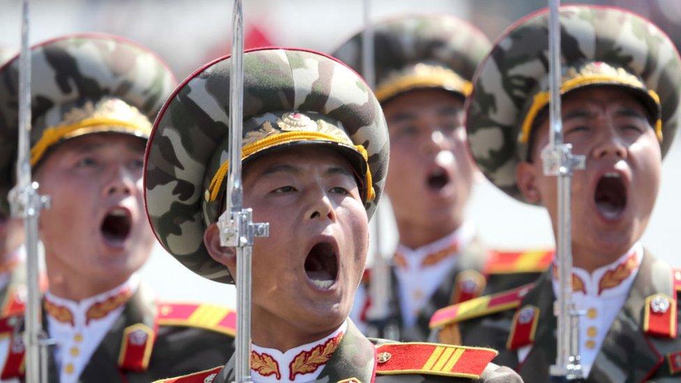 Militares gritando