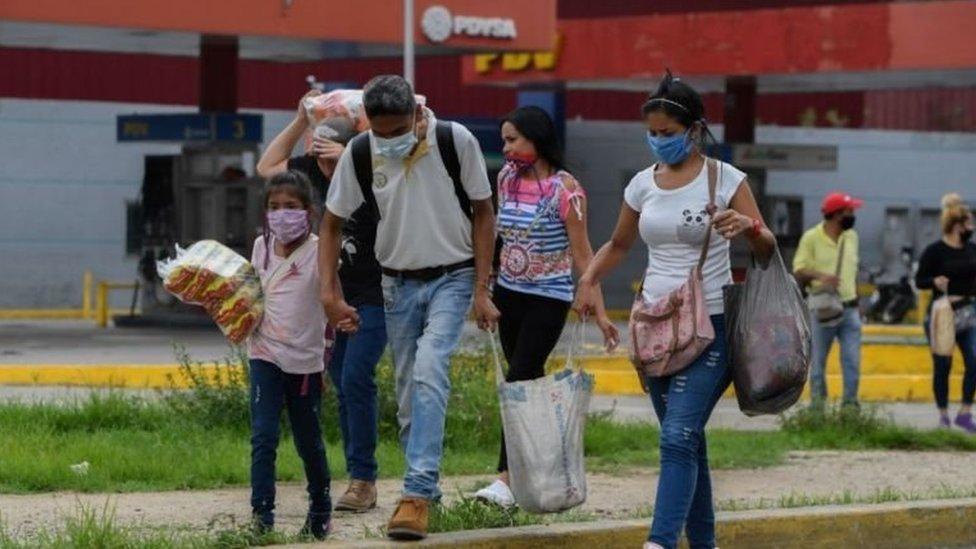 Familia de venezolanos caminando