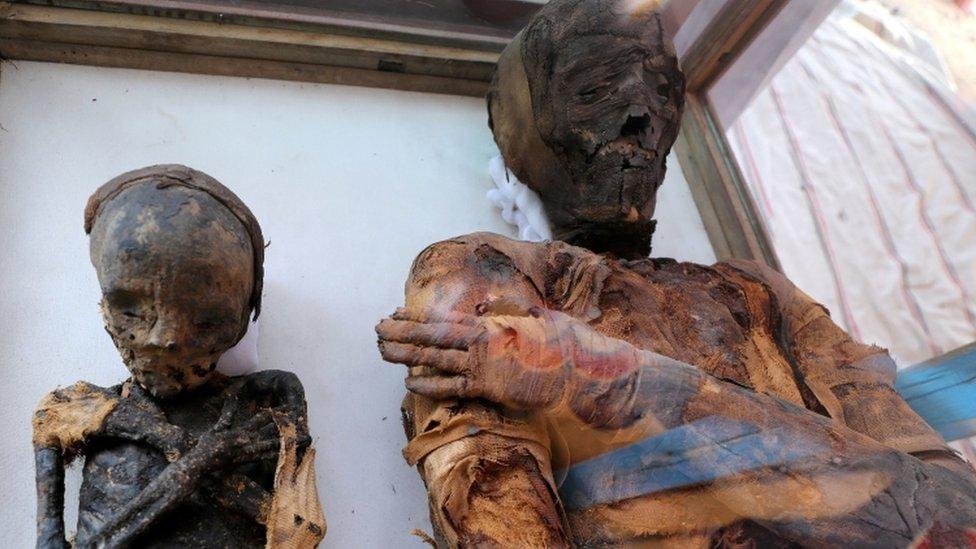مومياوان لامرأة وطفل من داخل المقبرة
