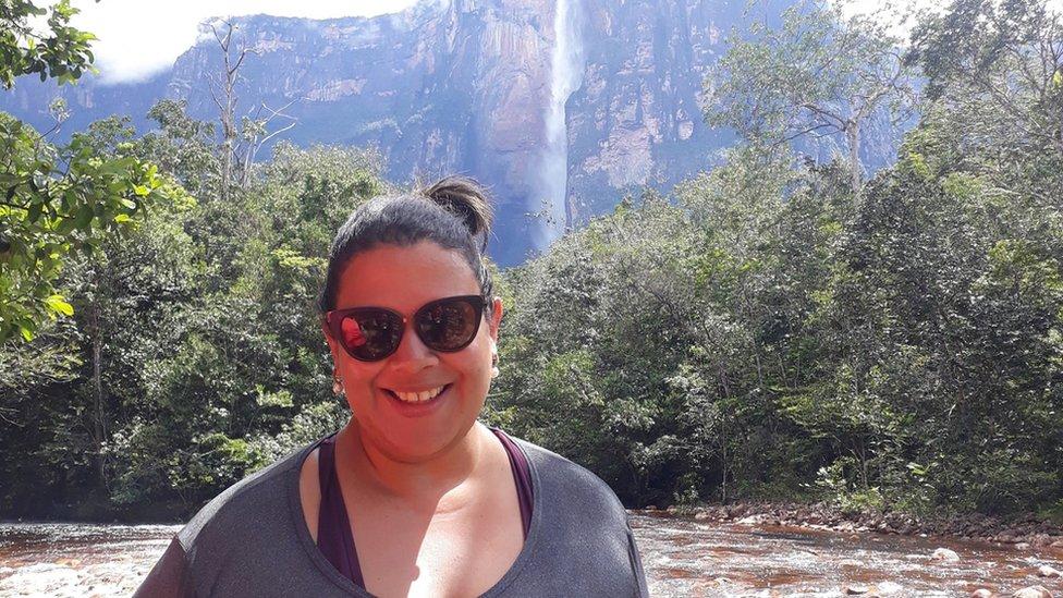 Eliane Souza frente al Salto Ángel, la cascada de agua más alta del mundo.