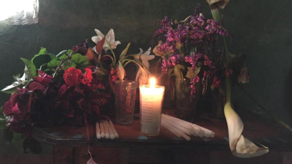 Altar improvisado en honor al menor fallecido.