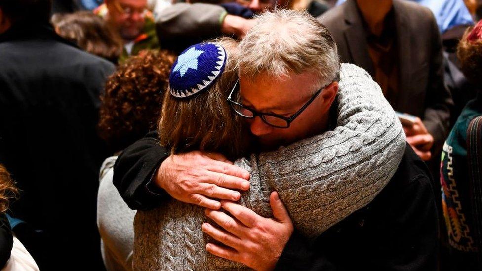 Aparte de la raza o la etnicidad, los crímenes de odio más numerosos están relacionados con la religión (especialmente incidentes anti-judíos) y la orientación sexual.