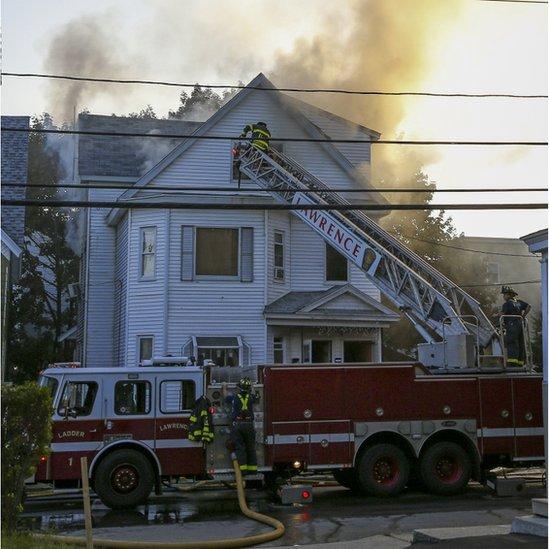 Vatrogasci gase vatru na kući