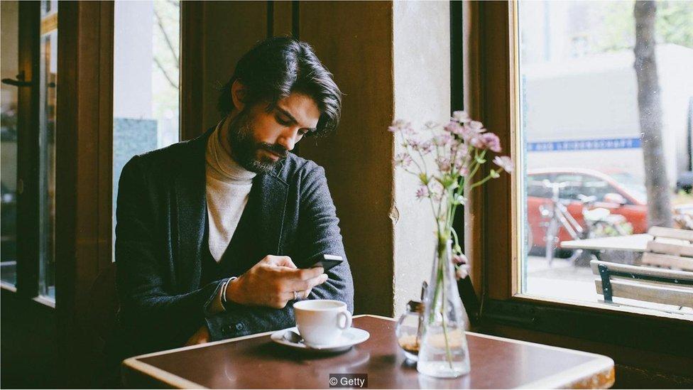 masada oturan bir erkek