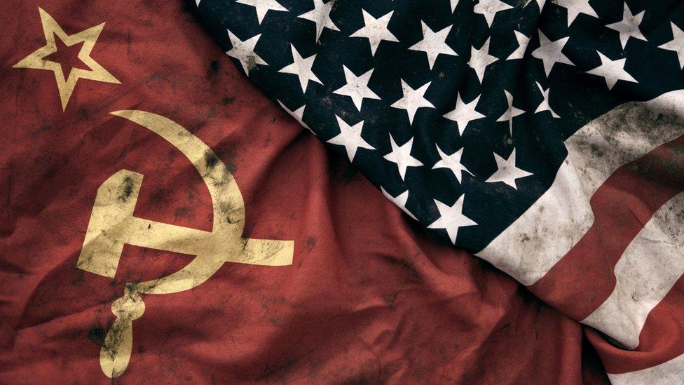 Banderas de la Unión Soviética y EE.UU.