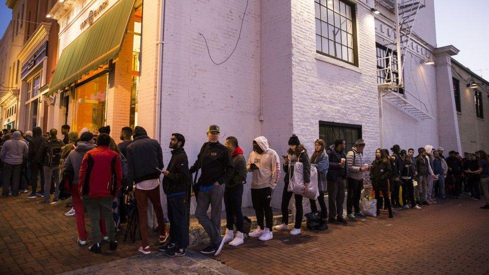 Personas haciendo fila para comprar el iPhone X en Washington.