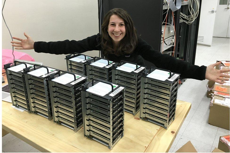 Joven con discos duros del proyecto