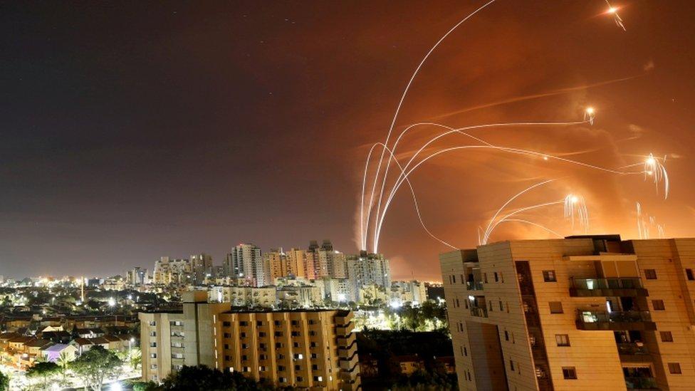 شرائط من الضوء ؛ إنها نظام القبة الحديدية الإسرائيلي المضاد للصواريخ الذي يعترض الصواريخ التي يتم إطلاقها من قطاع غزة
