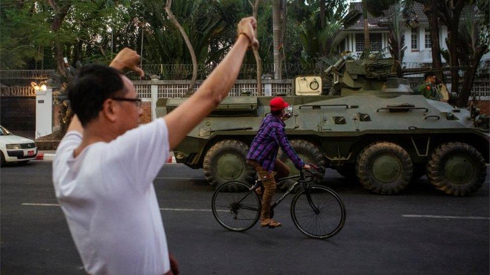 Un manifestante frente a un vehículo blindado en Rangún