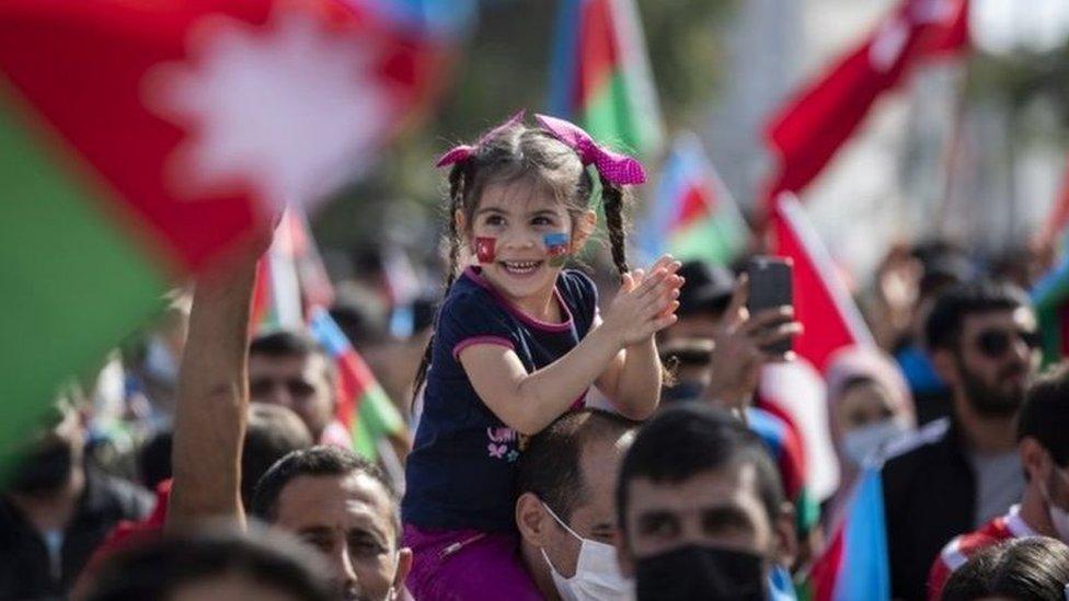 أتراك في مظاهرة تأييد لأذربيجان