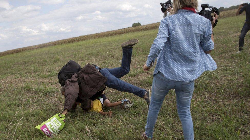 U snimku sa scene, Laslo je udarila mladu devojku i saplela oca koji je nosio dete