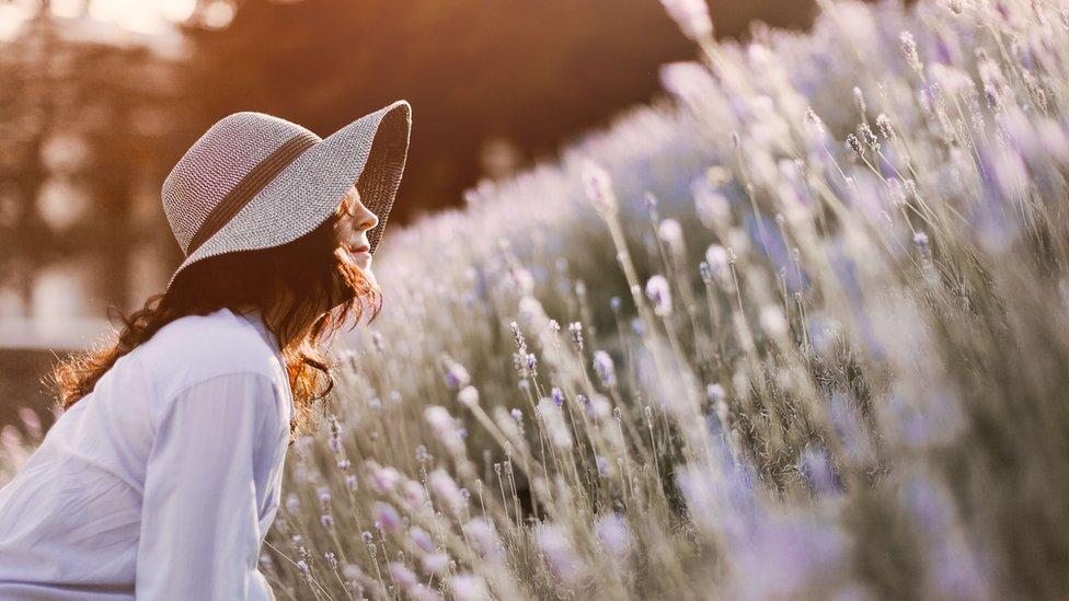 Chica con sombrero en el campo.