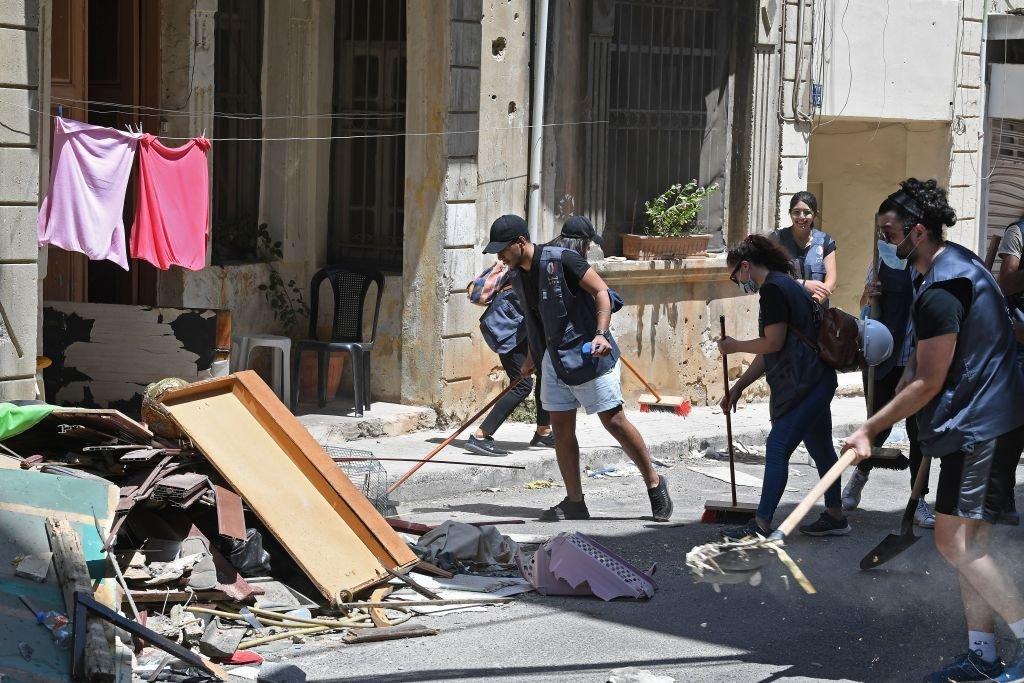 متطوعون يزيلون الأنقاض في حي الجميزة المدمر، 7 أغسطس/آب 2020