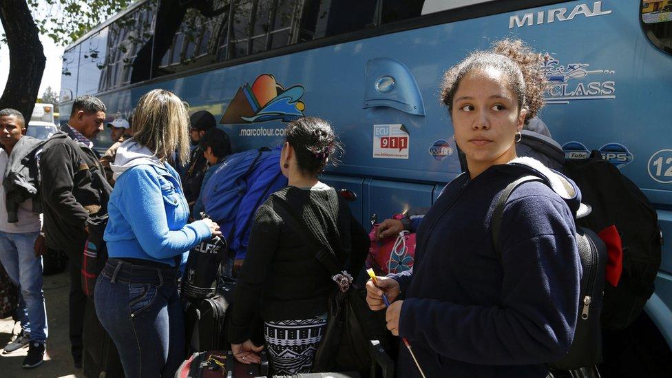 Migrantes venezolanos en Ecuador, regresando en autobús a su país.