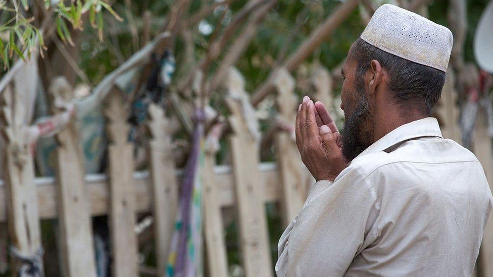 中國被指將新疆的普通宗教儀式與極端主義或分裂主義聯繫起來。