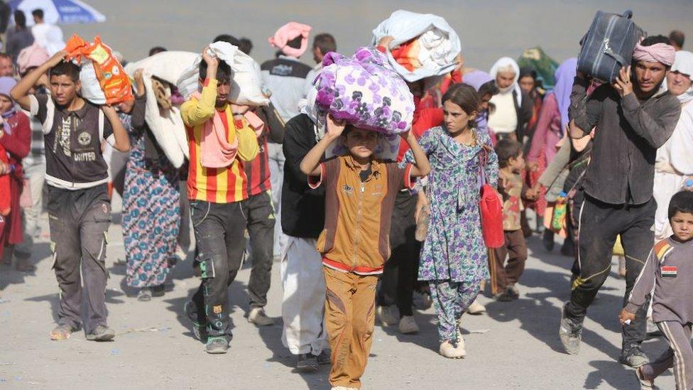 عائلات عراقية من الأيزيدين تنزح عابرة الحدود العراقية-السورية