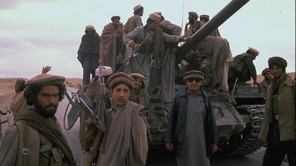 Mücahitler, işgalci güçlerden ele geçirilen tankların üzerinde